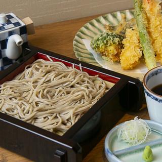 そばは毎日打ち立て!個性豊かな日本各地のそば粉を月替りで厳選