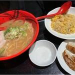 104434150 - 醤油ラーメン 炒飯餃子セット 醤油スープも見た目が味噌と似てる