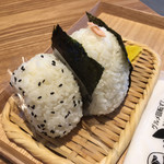 ハコダテオムスビ 函太郎 - 料理写真:左が塩、右がシャケ(大)