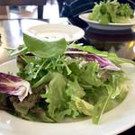 ヴィア ナポリ - 平日ランチは山盛りの新鮮なサラダとドリンク付き