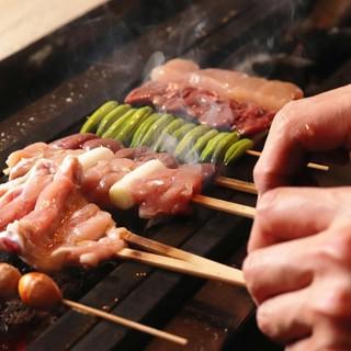 """毎日仕入れの国産鶏を使用。""""紀州備長炭""""薫る本格「炭火焼き」"""