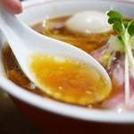 麺尊 RAGE - 美しく透き通る琥珀色のスープ