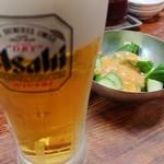 東京餃子楼 - ビールとキュウリ。