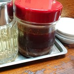 東京餃子楼 - 一味が底に沈んだ大量の辣油。入れ替えしてるのかとかは考えてはいけない。