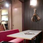 アネア カフェ - 窓際のテーブル