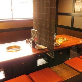 有名人も御用達。使い分けられるボックス席に、お座敷個室も完備
