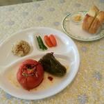 104510615 - トマトピーマンの肉・米詰め(イェミスタ)とパン
