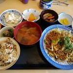 お好み焼 たち花 - 焼きそば定食500円。定食の副菜が凄い!
