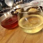 104512054 - ワインで乾杯                       コロンとしたグラスが可愛い