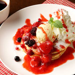 ピザーラ エクスプレス - トリプルベリーパンケーキ☆甘酸っぱいベリーがたっぷりトッピング♪
