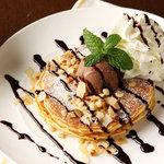 ピザーラ エクスプレス - いろんな食感を楽しめるパンケーキ!チョコソース、アイス、マカダミアナッツ、フレッシュクリームがたっぷりトッピング♪