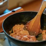 味ごよみ宮田 - 2019.3 まず生のアンキモを黒い鉄鍋で炒めます