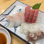 山城屋酒場 - 料理写真:刺身三点盛り¥750