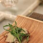 サラマンジェ ド ヨシノ - 料理写真:前菜 千葉の餅豚のコンフィ 新玉ねぎのスープのソースをそえて
