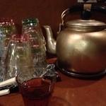八幡だんちょうてー - ヤカンに冷たいお茶が!