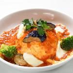 揚げナスとモッツァレラチーズのミートオムライス