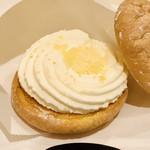 フワトロワ ルタオ - 料理写真:帰ってから上のフワッフワの生地を外してみると… 美味しそうなチーズクリームが再び!!