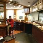 信州屋 - そば処 信州屋 渋谷店 店内 カウンターの椅子席と立ち席が用意されます