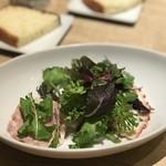 クラッティーニ - たっぷりの葉の下には、手作りハムやら、紫キャベツのラペやら、蛸のマリネetc...前菜7種くらいが、たっぷり隠れています。内容は日替わりな感じです。