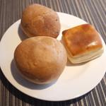 ロビーカフェ - ランチの食べ放題のパン。フランスパン、ゴマパン、バターとミルクのパン