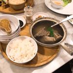 シンガポール海南鶏飯 - 肉骨茶は白系。胡椒がよく効いている。