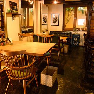 洗練された女性のためのカフェ空間。町家をリノベートしています