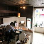 104588932 - 2Fから厨房&カウンターを眺める。