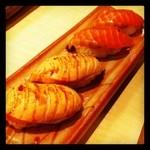 おいしいすし おいしい肴 鮨 なお - 生サーモンと炙りサーモン