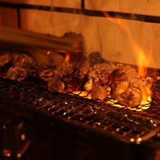 高坂鶏をおいしく頂ける様に炭焼きでベストな焼き加減を提供。