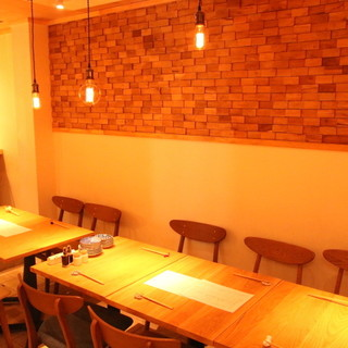 壁のタイル・木のテーブルから生まれる落ち着いた空間。