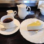 魔愁 - 魔愁ブレンド 550円、ヨーグルトチーズケーキ 450円