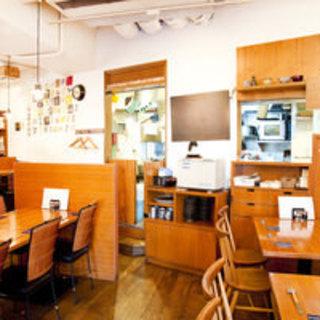 アットホームな店内には、個室・テーブル・カウンター席をご用意