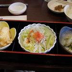 1046381 - ランチの前菜のお重