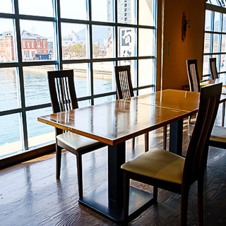 門司港を眺めながらお食事。温もりある空間でおもてなし◇