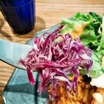 COURTYARD - プレート上の紫キャベツのマリネ、美味しい!