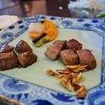 ステーキレストラン 勝 - 肉半分づつ、野菜(もやしも)
