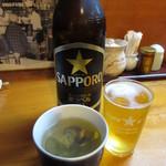 遠州屋本店 高尾 - 瓶ビールとお通しの「しじみの吸物」