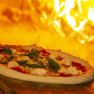 薪釜で焼き上げる様子を間近で見れるピッツァをどうぞ