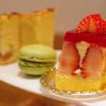 お茶とお菓子まやんち - フレジエ、抹茶と桜のマカロン、桜パウンドケーキ