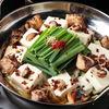 もてなし桐や - 料理写真:当店イチオシ!炙りもつ鍋。炙ったもつと焦がしニンニクが香ばしい焙煎醤油スープ。
