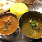 インド&バングラデシュ料理 ショナルガ - チキンカレー(左)とほうれん草のチキンカレー(右)