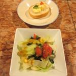 さぼてん - パスタには、サラダとパンのサービス