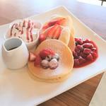 咲ら珈琲  - 料理写真:「イチゴとダブルベリーのパンケーキ」