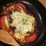 104665215 - チーズがとろけるハンバーグのトマトグラタン