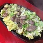 鉄板焼肉 大当り - ニンニクと脂と肉がジュウジュウと音を立てて登場する