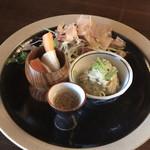 上木食堂 - 付け合わせの季節野菜のサラダと冬野菜のピクルス、自家製マヨネーズのポテトサラダ