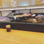 天ぷら 串割烹 なかなか 室屋 - ケースに魚や貝がずらり。