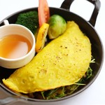 自家製サルシッチャと豆苗のベトナム風クレープ「バインセオ」
