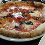 104683854 - 香り良いもちもち生地のマルゲリータを、フルーツトマトがバージョンアップする。