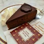 104698759 - HOTEL SACHER WIENの文字が輝くチョコのエンブレム、オリジナル・ザッハートルテ(生クリーム付き)7.1ユーロ
